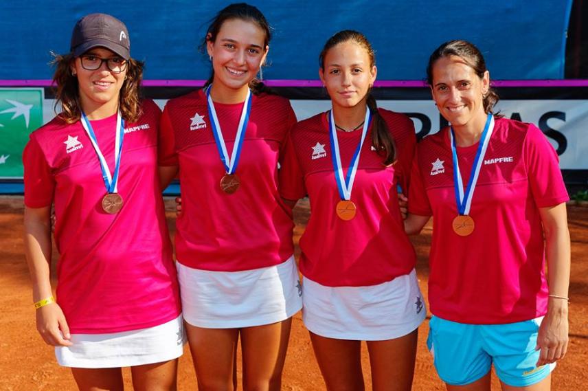 Alba Rey, segunda por la derecha, junto a sus compañeras Leyre Romero y Ane Mentegi, y la capitana Eva Fernández.