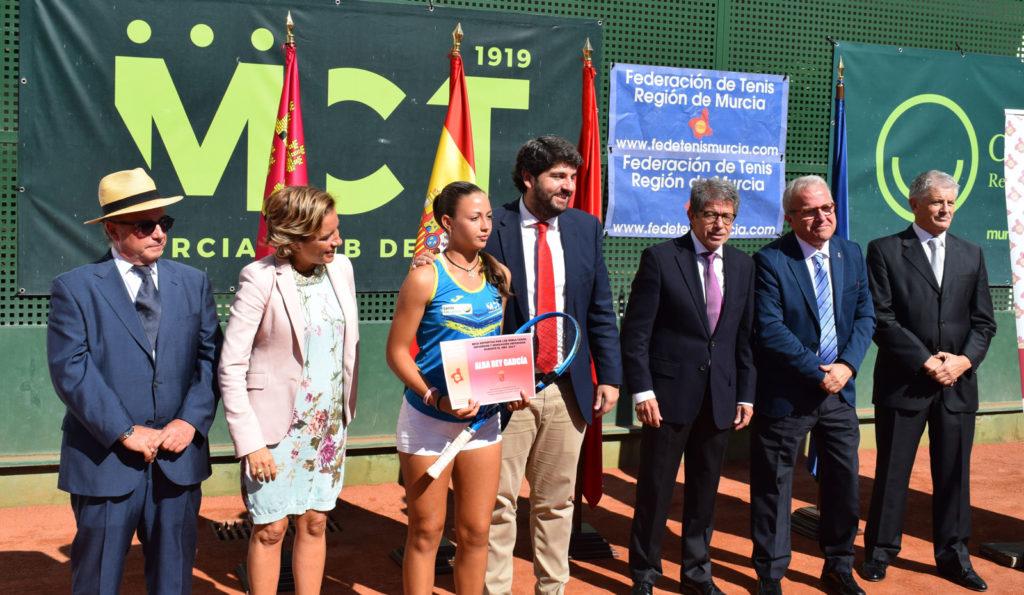 Alba Rey, jugadora del Murcia Club de Tenis 1919, con López Miras, Martínez Cachá, Antonio Saura, Felipe Coello y Alonso Gómez López.