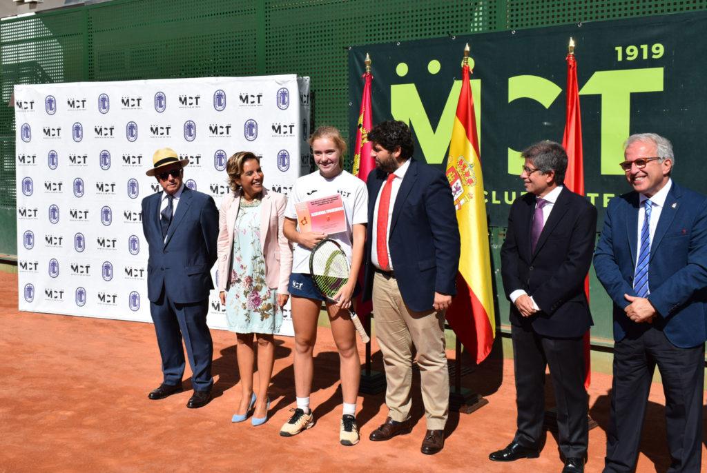 Alexandra Evdomikova, entre López Miras y Adela Martínez-Cachá.