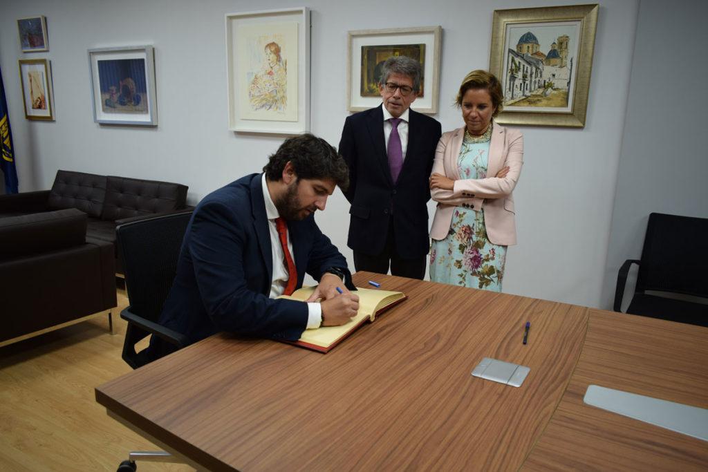Fernando López Miras, presidente de la Comunidad de Murcia, firmando el Libro de Oro del Murcia Club de Tenis 1919.