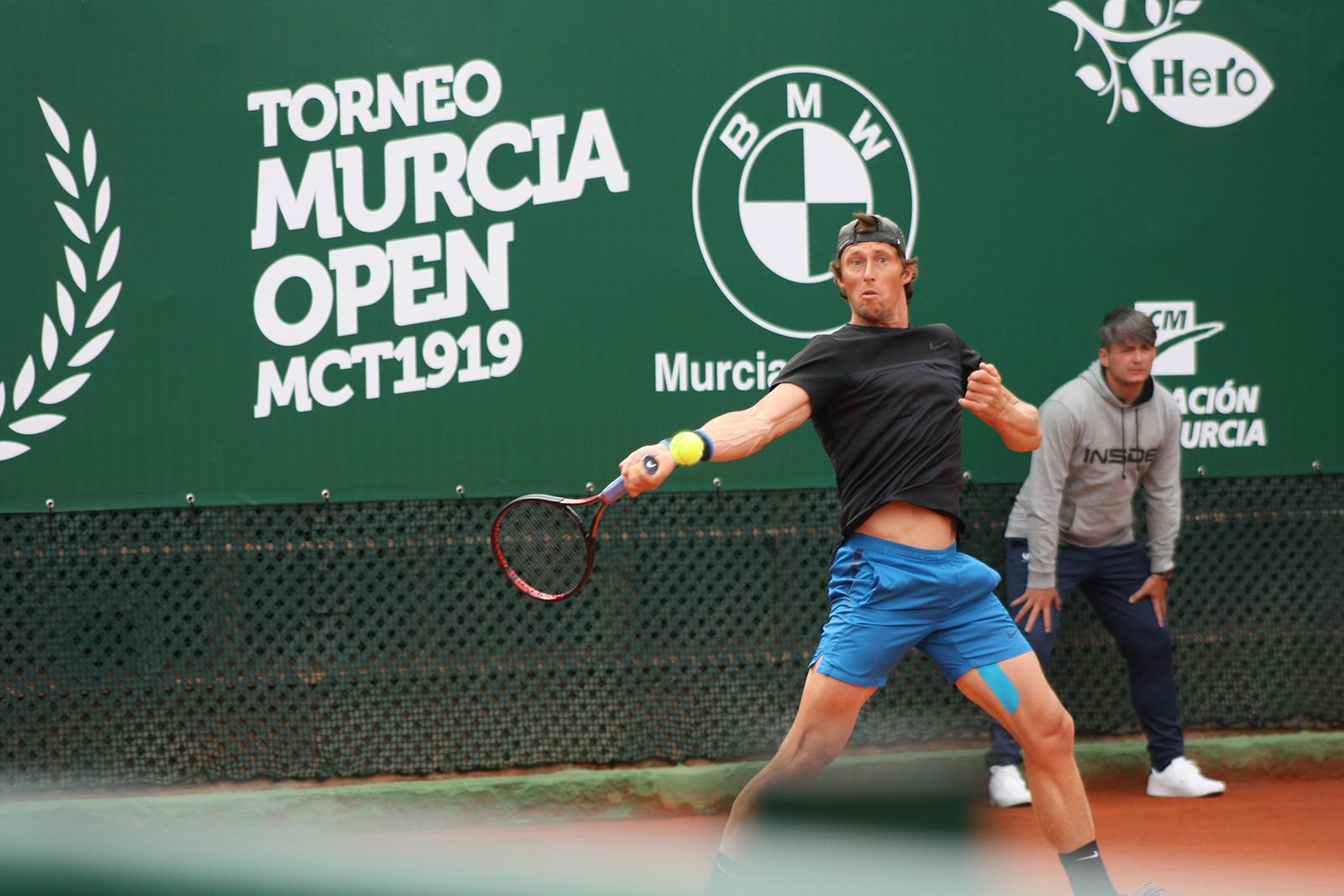 Un jugador golpea la pelota en las instalaciones del Murcia Club de Tenis (Foto: Andrés Molina)