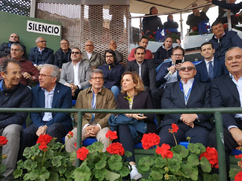Palco de autoridades con Antonio Saura, presidente del MCT, junto a Adela Martínez-Cachá, consejera de Educación, Cultura y Deportes.