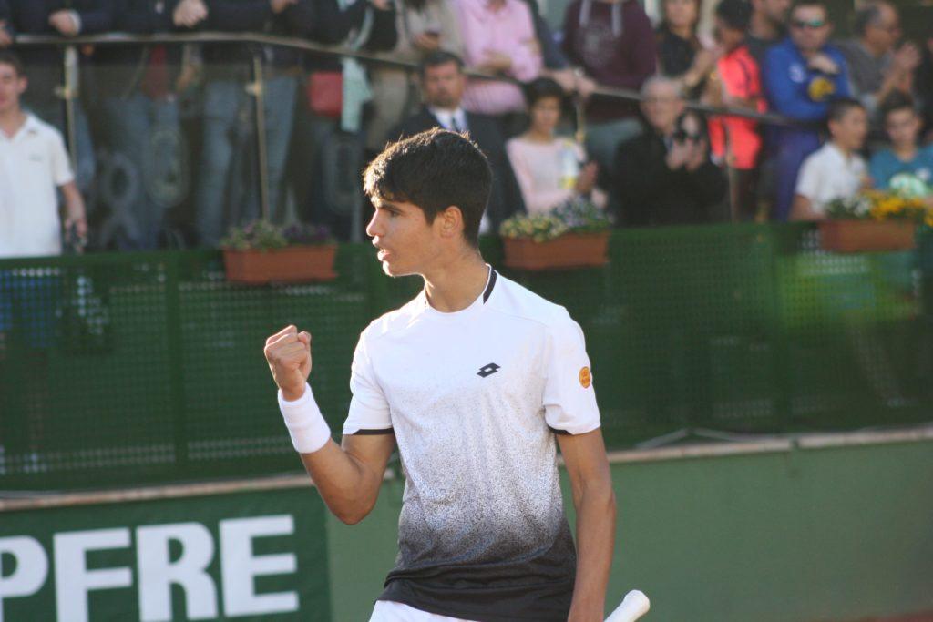 Carlos Alcaraz celebra un punto en las pistas del Murcia Club de Tenis (Foto: Andrés Molina).
