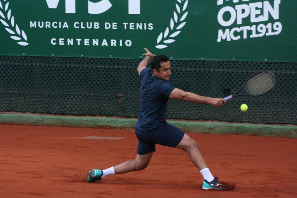 Almagro trata de llegar a una pelota en el Murcia Club de Tenis (Foto: Andrés Molina).