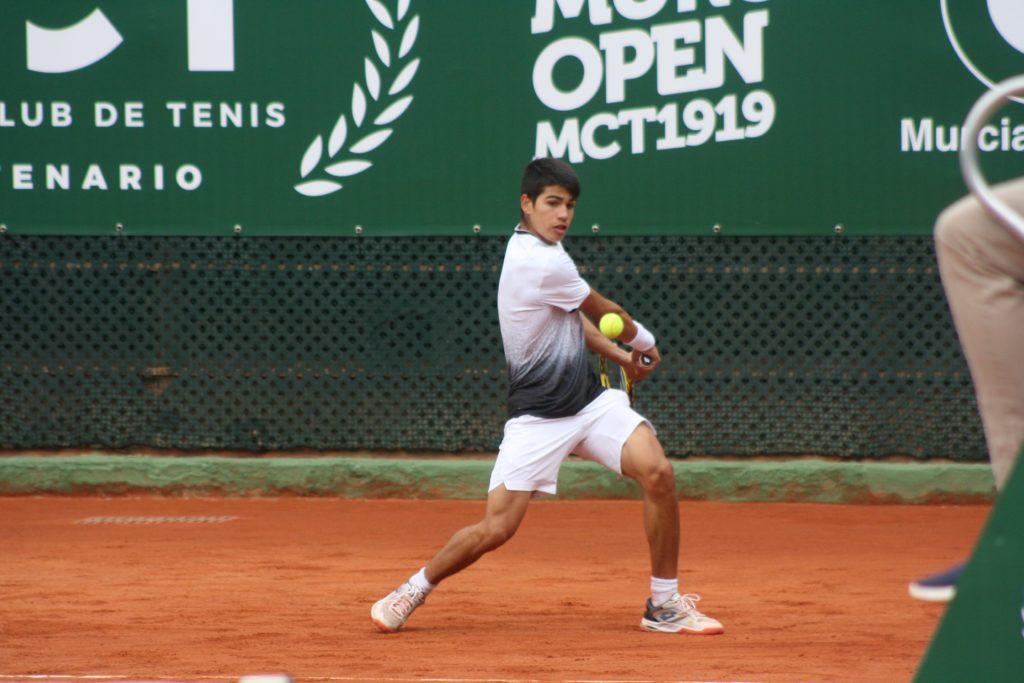 Carlos Alcaraz golpea la bola en el Murcia Club de Tenis.