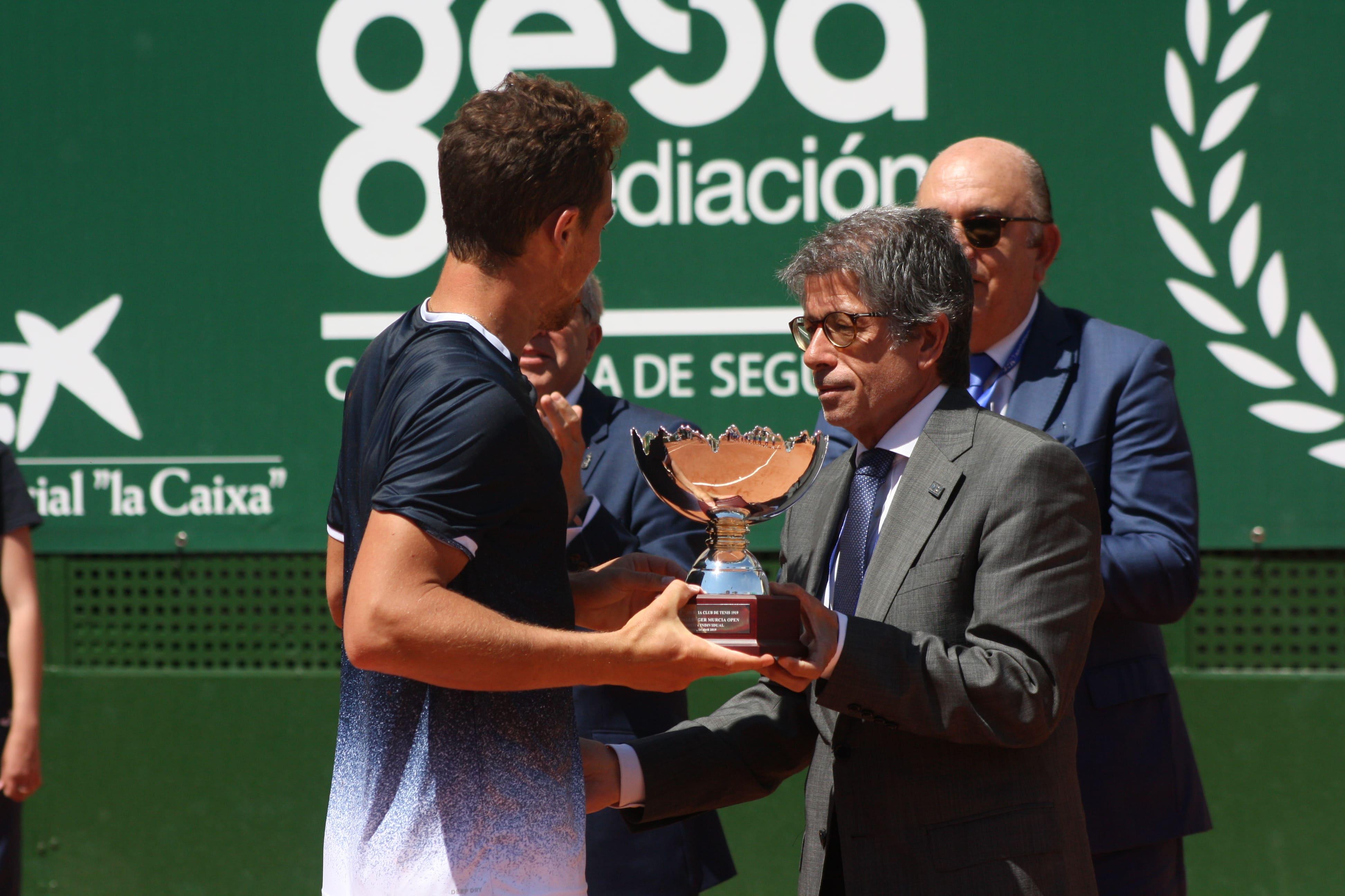 Antonio Saura entrega a Carballés el título del I Murcia Open ATP Challenger.