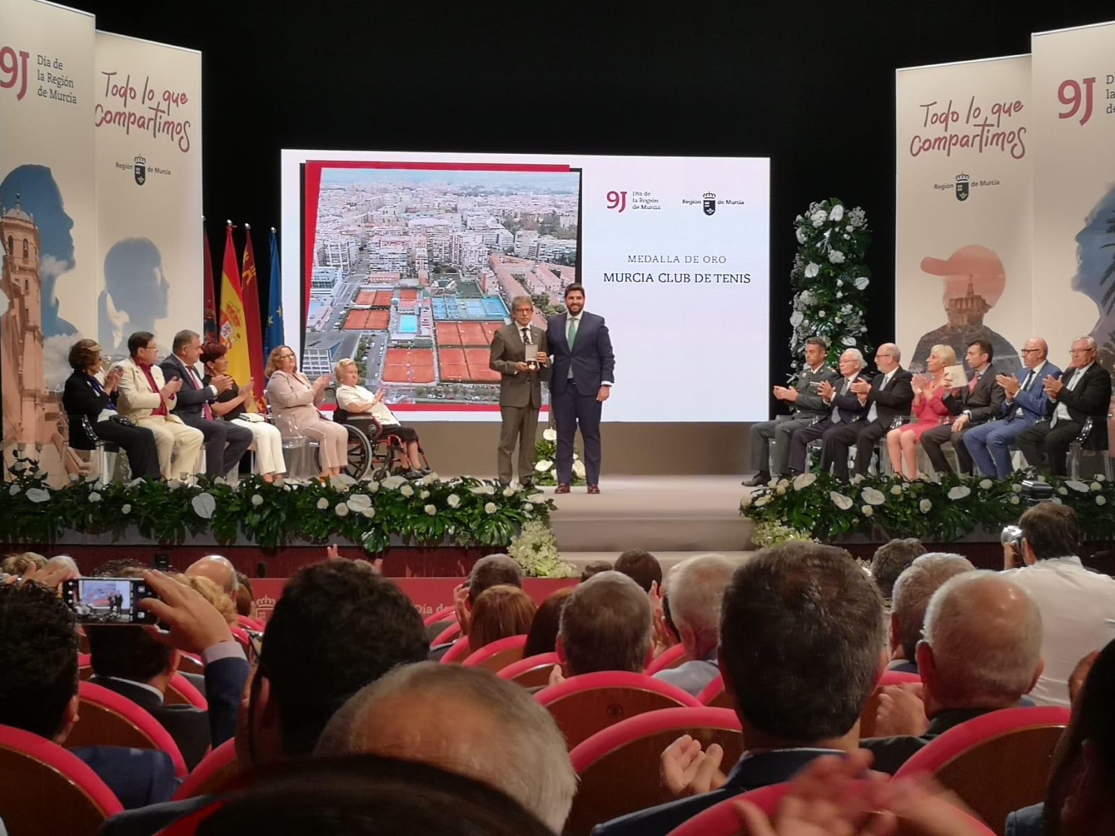 El club recibió, de manos de López Miras, la Medalla de Oro de la Región de Murcia.