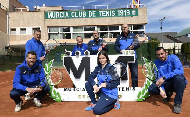 Pepe Morga, en el centro de la imagen junto a Florencio Soto y Juan Herrera, posando en el Murcia Club de Tenis.
