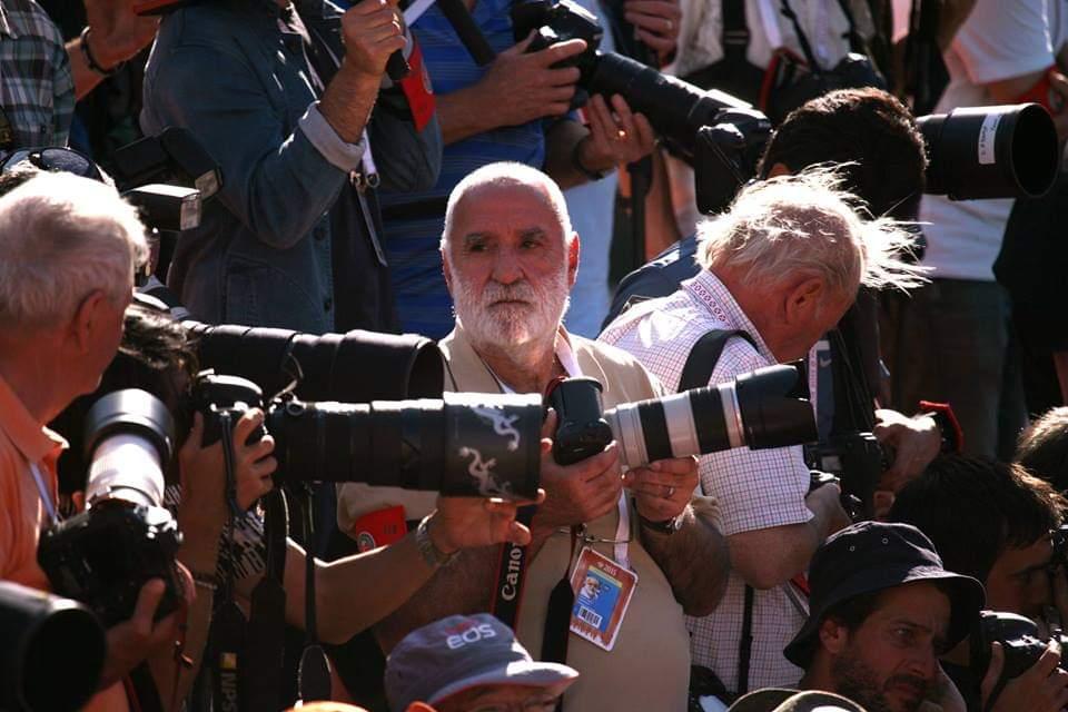 'Zubi', rodeado de compañeros fotógrafos, en un partido reciente.