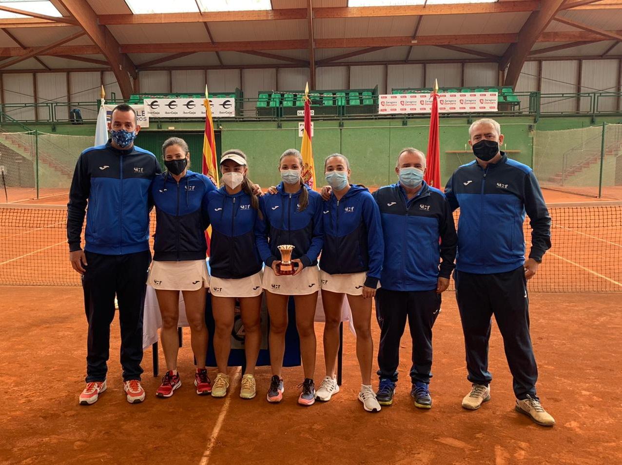 Imagen del equipo femenino del Real Murcia Club de Tenis que ha logrado el ascenso a Primera División nacional.