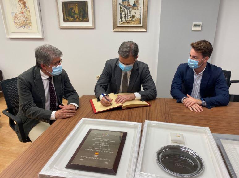 El consejero Marcos Ortuño, firmando el Libro de Oro del Real Murcia Club de Tenis, junto a Antonio Saura y el director general de Deportes, Fran Sánchez (Foto: CARM).