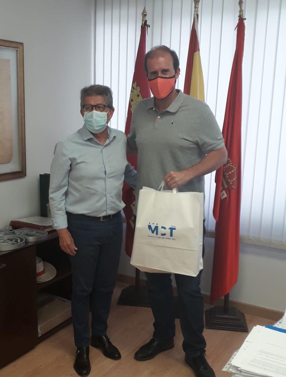 El presidente del Real Murcia Club de Tenis, Antonio Saura, entrega un ejemplar del libro del Centenario a Joan Suasi, director deportivo y comercial de la Rafa Nadal Academy.