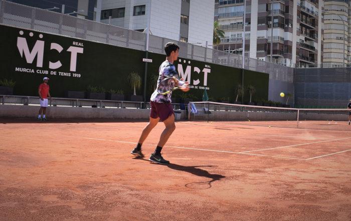 Carlos Alcaraz entrenando en el Murcia Club de Tenis