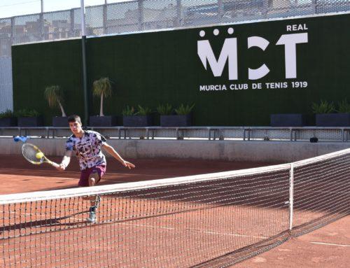 Carlos Alcaraz se ejercita en el Real Murcia Club de Tenis 1919 para preparar sus próximas citas sobre tierra batida